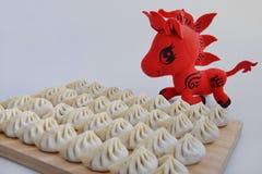Klimpar och röd häst Royaltyfria Bilder