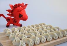 Klimpar och röd häst Royaltyfri Fotografi