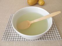 Klimpbuljong, matlagningvatten från potatisklimpar fotografering för bildbyråer