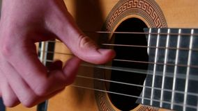 Klimpern, Akustikgitarre spielend stock footage