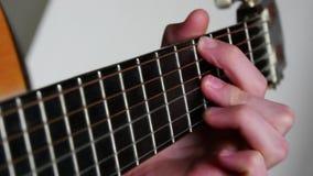 Klimpern, Akustikgitarre spielend stock video footage