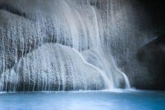 Klimpern Sie Landschaft mit Erawan-Wasserfall im tropischen Wald Kanchanaburi, Thailand Stockbilder