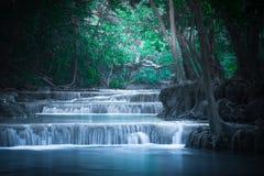 Klimpern Sie Landschaft mit Erawan-Wasserfall im tropischen Wald Kanchanaburi, Thailand Lizenzfreie Stockfotos