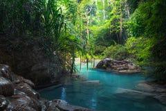 Klimpern Sie Landschaft mit Erawan-Wasserfall im tropischen Wald Kanchanaburi, Thailand Lizenzfreie Stockbilder