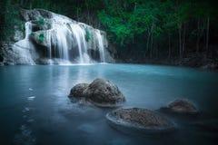 Klimpern Sie Landschaft mit Erawan-Wasserfall im tropischen Wald Kanchanaburi, Thailand Stockfotos