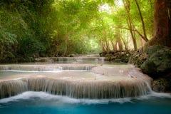 Klimpern Sie Landschaft mit Erawan-Wasserfall Kanchanaburi, Thailand Stockfotografie