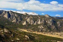 Klimpiga Ridge Mountains med jätten vaggar Outcroppings Arkivbild