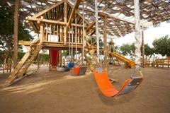 Klimrek in een speelplaats van kinderen Stock Foto