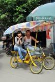 Klingeln Le, China: Junge Paare im doppelten Fahrrad Stockfotos