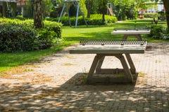 Klingeln pong Tabellen in einem Spielplatz des allgemeinen Parks Stockbilder