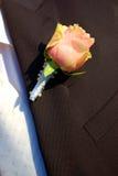 Klingeln stieg auf den Mantel eines Bräutigams lizenzfreie stockfotos