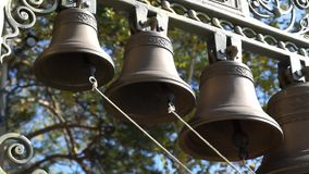 Klingeln von Glocken in der orthodoxen Kirche stock video