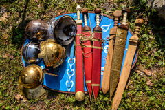 Klingen und Sturzhelme von römischem legionar Lizenzfreie Stockfotos