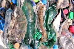 Klingeryt butelki na stosie, przygotowywającym dostawać przetwarzający Przetwarzać stare plastikowe butelki Stos upakowany i prze Obraz Stock