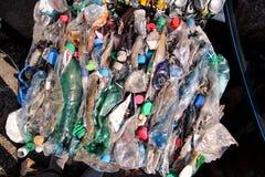 Klingeryt butelki na stosie, przygotowywającym dostawać przetwarzający Przetwarzać stare plastikowe butelki Stos upakowany i prze Fotografia Royalty Free