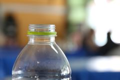 Klingeryt butelki, pusta butelka, plastikowe butelek nakrętki, klingeryt butelki, śmieci, przetwarza butelki, od plastikowych but Fotografia Stock