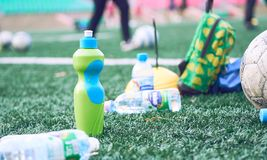 Klingeryt butelki z rozmytej piłki nożnej stażowym wyposażeniem na sztucznej murawie Ja jest jałowy od piłka nożna futbolu lub sz zdjęcia royalty free