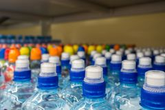 Klingeryt butelki z wodą mineralną Zdjęcia Royalty Free
