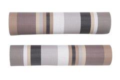 Klingeryt matuje tła Dwa roli tkany plastikowy materiał z kolorowym wzorem odizolowywającym na białym tle zdjęcie royalty free