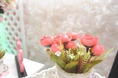 Klingeryt z białymi kwiatami patrzeli pięknym patrzeć Obrazy Stock