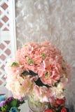 Klingeryt z białymi kwiatami patrzeli pięknym patrzeć Obrazy Royalty Free