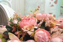 Klingeryt z białymi kwiatami patrzeli pięknym patrzeć Zdjęcie Stock