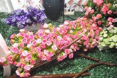 Klingeryt z białymi kwiatami patrzeli pięknym patrzeć Zdjęcia Stock