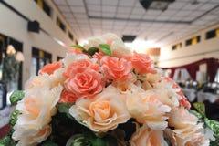 Klingeryt z białymi kwiatami patrzeli pięknym patrzeć Zdjęcia Royalty Free