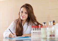 Kliniker, der im Labor arbeitet Lizenzfreies Stockfoto