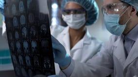 Klinikkollegen, die geduldiges Gehirn mri, Diagnose machend, Gesundheitswesen besprechen lizenzfreie stockbilder