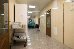 Klinikpersonal som bär medicinska likformig i en sjukhuskorridor Arkivfoto