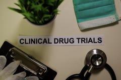 Klinische Arzneimitteltests mit Inspiration und Gesundheitswesen/medizinischem Konzept auf Schreibtischhintergrund lizenzfreie stockfotografie