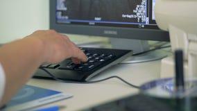 Klinisk arbetare som använder upp en dator, slut arkivfilmer