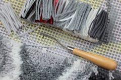 Klinkhaak (met de hand gemaakt tapijt die weven) Stock Afbeeldingen