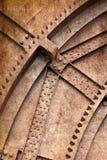 Klinknagels en schroef op roestige metalen royalty-vrije stock foto