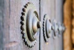 Klinknagels op houten poort Stock Afbeelding