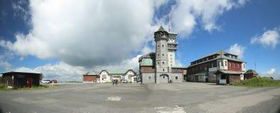 KLINOVEC, RÉPUBLIQUE TCHÈQUE - 14 AOÛT 2017 : Bâtiments à la crête de Klinovec dans les montagnes de minerai Photos libres de droits