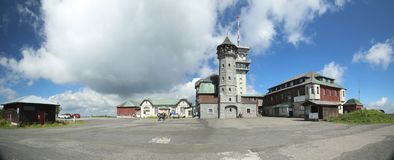 KLINOVEC, REPUBBLICA CECA - 14 AGOSTO 2017: Costruzioni al picco di Klinovec nelle montagne del minerale metallifero Fotografie Stock Libere da Diritti