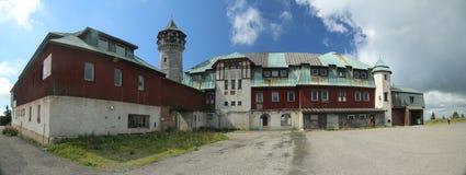 KLINOVEC TJECKIEN - AUGUSTI 14 2017: Byggnader på maximumet av Klinovec i malmbergen Fotografering för Bildbyråer
