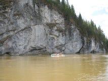 Klip boven de rivier Stock Afbeeldingen