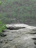 Klip boven een rivier Stock Foto's