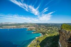 Klip in de baai van Kooi D ` Azur en mening op het dorp van La Ciotat, F Royalty-vrije Stock Afbeelding