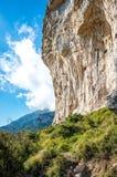 Klip door Amalfi kust van de trekkingsproef de Weg van Goden wordt gezien die royalty-vrije stock foto's