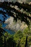 Klip en overzees in Cinque Terre De bergen van Cinque Terre vormen klippen die zich in het overzees werpen Foto uit een weg wordt royalty-vrije stock foto