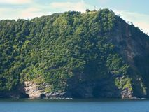 Klip in groene bomen van tropisch eiland, mening van water Overzees en oceaanreis stock fotografie