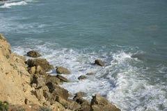 Klip met oceaan en rotsvorming royalty-vrije stock fotografie