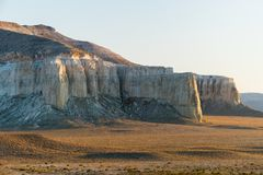 Klip op de rand van het Ustiurt-plateau, Kazachstan Stock Foto's