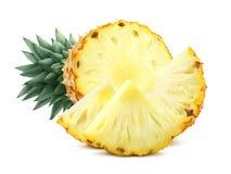 Klipp ananas och stycken på vit bakgrund Royaltyfria Bilder