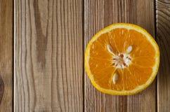 Klipp apelsinen från ovannämnt på trä Royaltyfria Foton