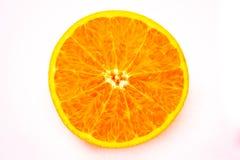 Klipp apelsinen på en vit bakgrund Arkivfoton